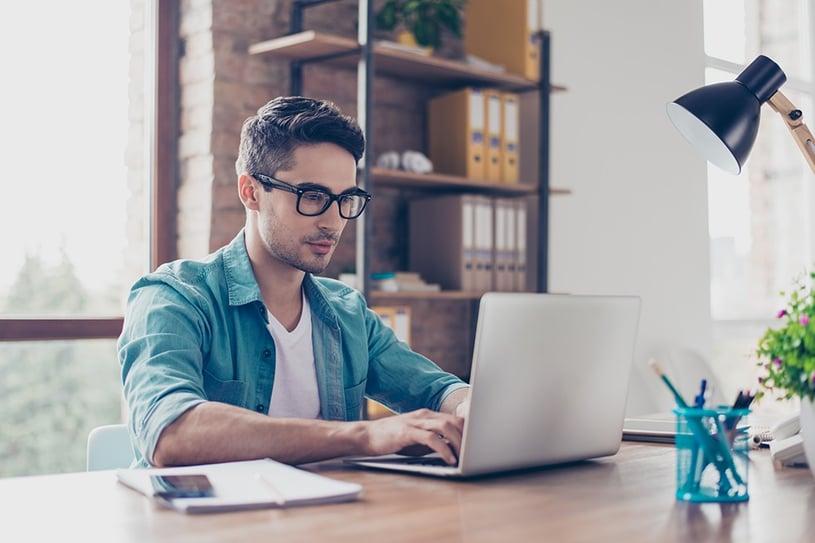 occhiali per miopia e computer