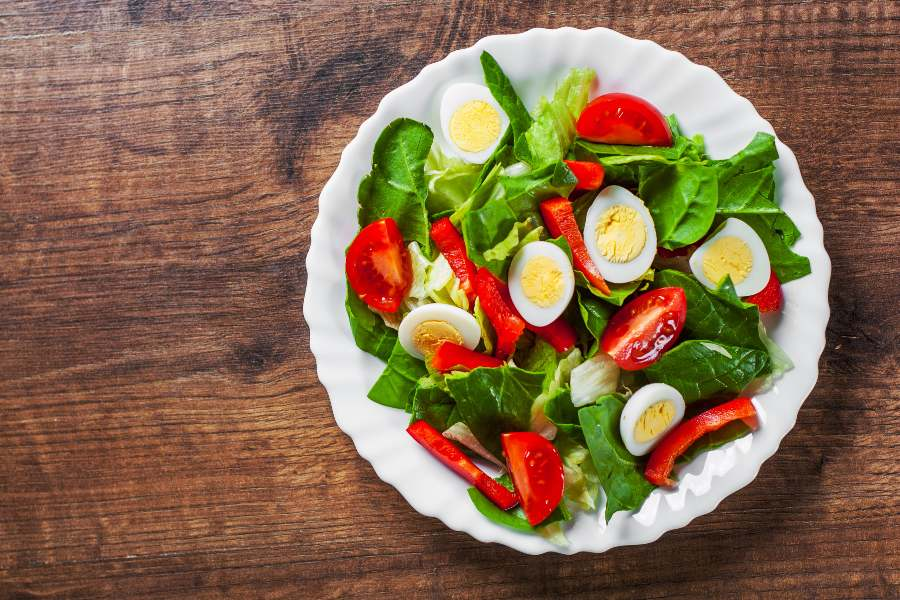 Verdure a foglie verdi e uova per prevenire i disturbi della retina