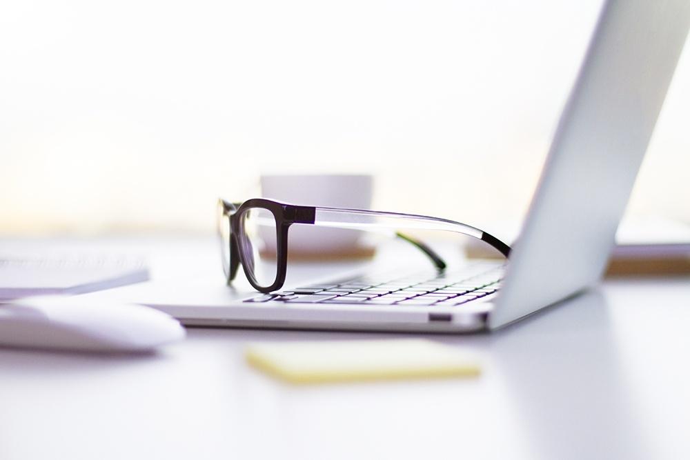 Miopia e computer: lenti a contatto o occhiali?