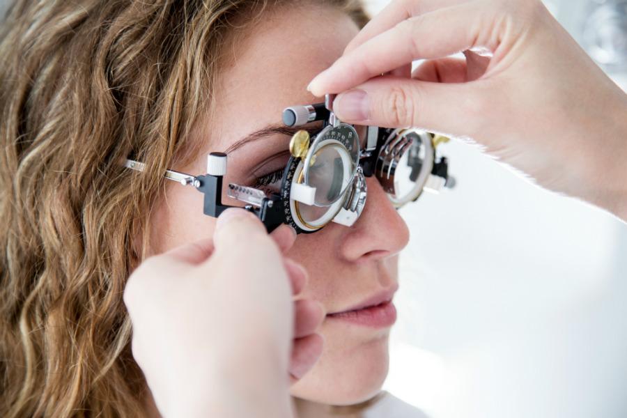 Come scegliere la soluzione migliore per correggere l'astigmatismo?