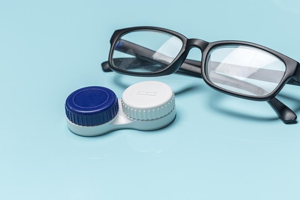 Correggere la miopia: meglio occhiali da vista o lenti a contatto?